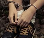 В США мальчик прогуливал уроки, и полиция увезла его в наручниках. Не поверите, но все по закону